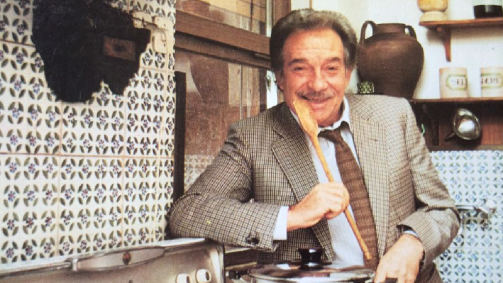 Ugo Tognazzi in the kitchen